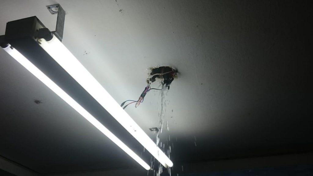 Água da chuva passando por dutos de eletricidade no CFM: a um passo de um incêndio.